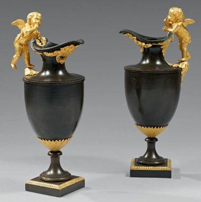 Paire d'aiguières stylisées en bronze ciselé,...
