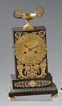 Pendule borne en bronze patiné ou doré, à...