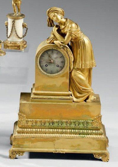 Pendule en bronze ciselé et doré figurant...