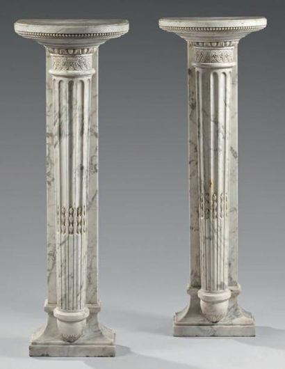 Paire de présentoirs en marbre blanc sculpté...