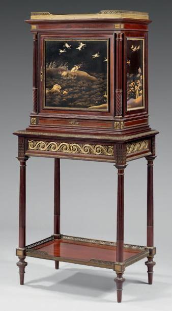 Petit meuble formant cabinet, en acajou et...