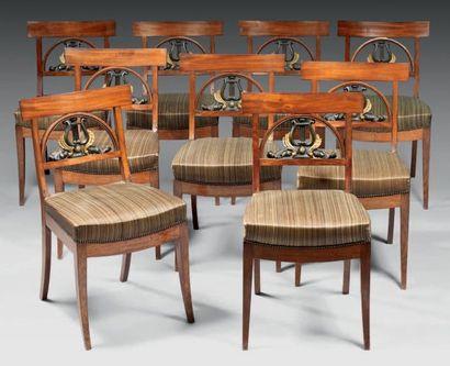 Suite de neuf chaises dites de salon de musique...