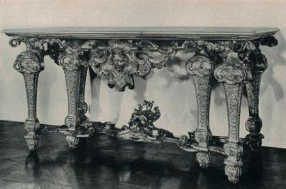 Importante console à façade chantournée en bois naturel très richement mouluré et...