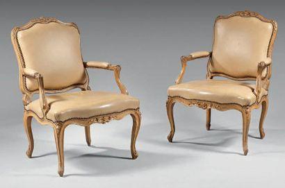 Paire de fauteuils «à la Reine» en hêtre...