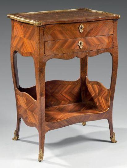 Table de salon formant table à ouvrage, en...