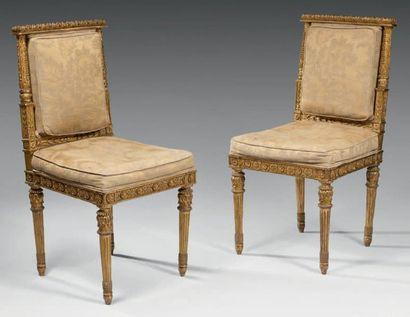 Paire de chaises à dossier plat en bois sculpté et doré sur toutes leurs faces,...