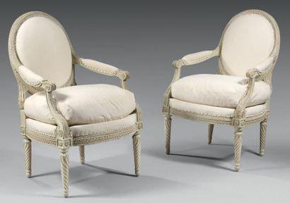 Paire de fauteuils à dossier plat en médaillon en hêtre mouluré et sculpté d'encadrement...