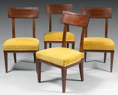 Quatre chaises à dossier bandeau en acajou....