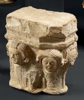 Chapiteau d'applique en pierre calcaire sculptée...