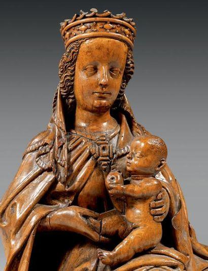 Groupe en tilleul sculpté figurant une Vierge en majesté à l'Enfant. Dos évidé,...