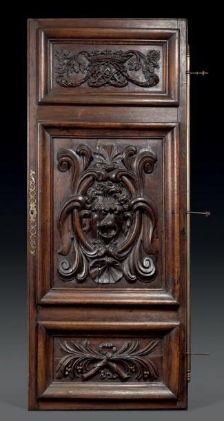 Grande porte d'armoire en chêne sculpté et...