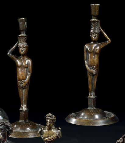 Paire de chandeliers en bronze à patine brune....