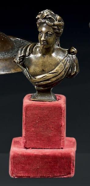 Petit buste de femme couronné en bronze à...