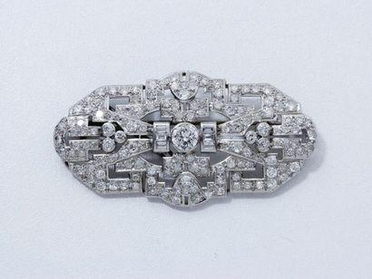 BROCHE PLAQUE en platine, ornée d'un diamant...