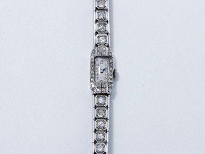 Montre bracelet de dame en platine, cadran rectangulaire argenté avec chiffres arabes...