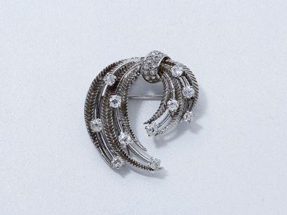 Broche gerbe or gris 18 K ponctuée de diamants...
