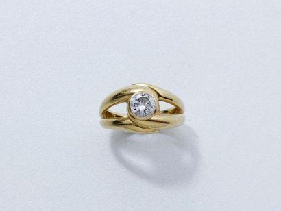 Bague en or 18 K godronné, ornée d'un diamant...