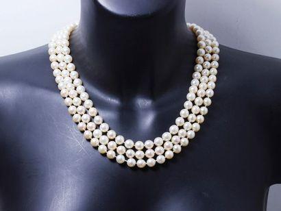 Beau collier composé de 3 rangs de perles...