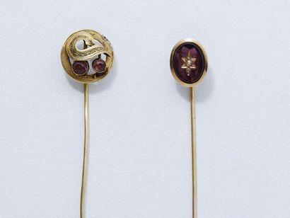 Lot en or 18 K composé de 2 épingles à cravate ornées de pierres de couleur et perle....