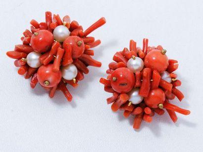 Paire de clips d'oreilles en métal doré, habillés de perles de corail et de culture...
