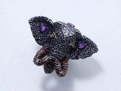 Bague en argent partiellement noirci, figurant un protomé d'éléphant entièrement...