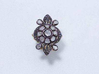 Bague marquise en vermeil centrée d'un motif circulaire habillé de roses diamantées....
