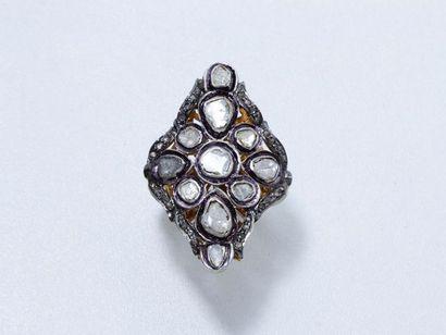 Bague marquise en vermeil ajouré, rehaussée de roses diamantées. Travail indien....