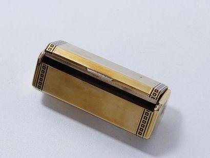 Délicate boîte à tabac en or rainuré 9 K,...