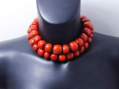 Important collier en corail teinté composé...