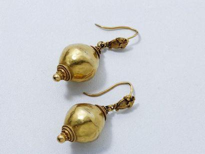 Paire de boucles d'oreilles en or 18 K martelé...