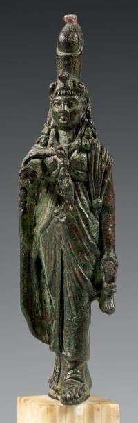 Statuette d'Isis magicienne coiffée de la...