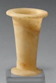 Vase tronconique à pied discoïde débordant...