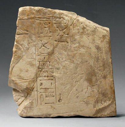 Fragment de stèle gravé d'un orant à la coiffure...