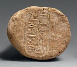 Cône funéraire estampé sur deux colonnes au nom de Tjay, chef des marchands. Terre-cuite...