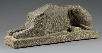 Corps de sphinx couché acéphale. La queue...