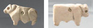 Lot de deux amulettes représentant des bovidés...
