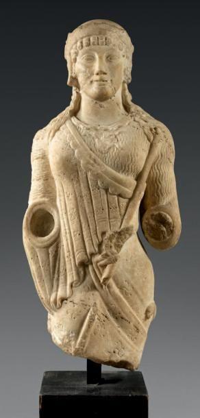 Buste d'Athéna de style archaïque portant le casque à aigrettes qui laisse tomber...