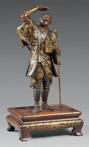 JAPON Figurine MIYAO représentant un personnage richement vêtu en position d'observation...