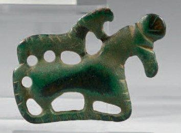 Plaquette, jument et son poulain sur le dos. Bronze à patine verte. Art des steppes,...