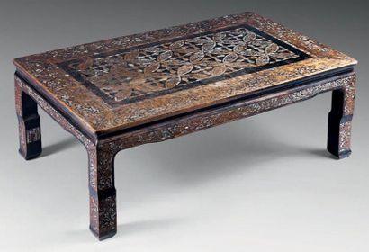 COREE Table basse en bois incrusté de nacre à décor sur le-dessus de sapèques, les...