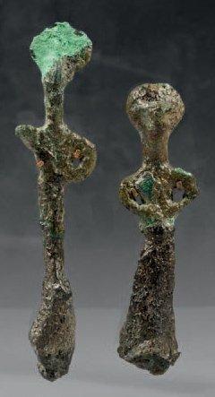 Lot de deux figurines anthropomorphes stylisées....