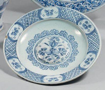 NEVERS Petit plat rond décoré en polychromie de fruits dans un médaillon XVIIIème...