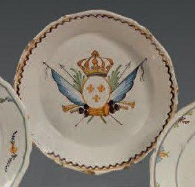 NEVERS Assiette à bordure contournée à décor poly-chrome patriotique représentant...