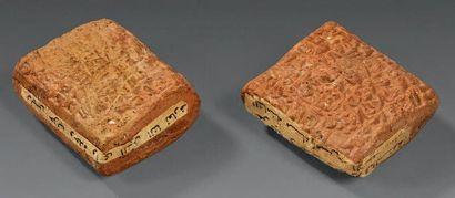 Deux tablettes inscrites en cunéiforme akkadien sur les deux faces. Terre rose....