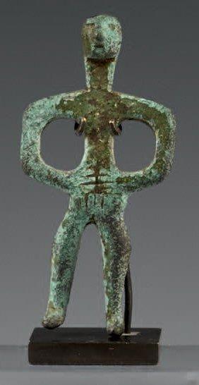 Figurine masculine nue les mains posées sur...