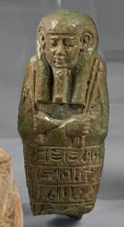 Un buste d'oushebti portant la barbe postiche...
