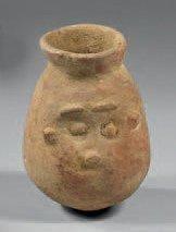 Petit vase piriforme à lèvre oblique présentant...