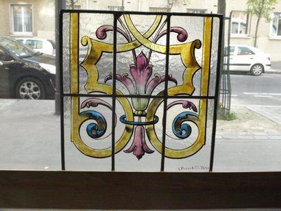 Vitrail polychrome et jaune d'argent sur verre cathédrale représentant une fleur...
