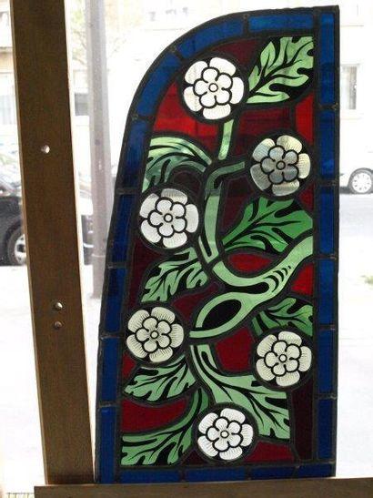 Vitrail polychrome et grisaille représentant des fleurs stylisées. XXème. 54,5x...