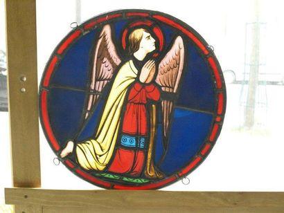 Médaillon en vitrail polychrome, jaune d'argent et grisaille représentant un ange...